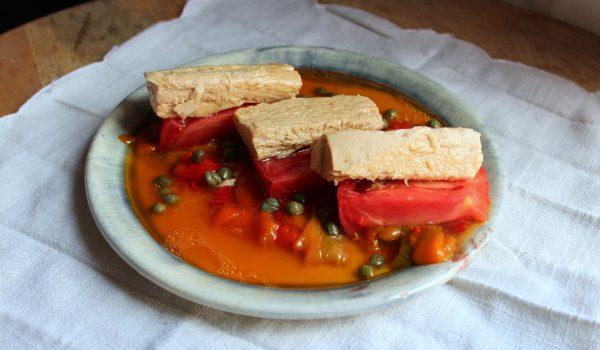 Ensalada de tomate con bonito del norte y pimientos asados