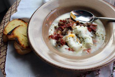 crema de patata con niscalos al ajillo y huevo poche
