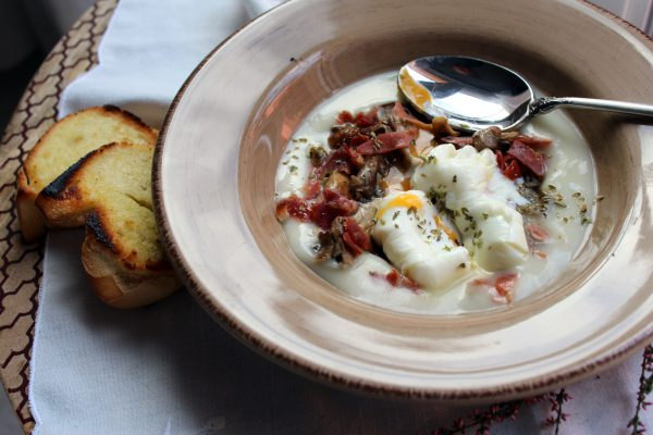 Níscalos con crema de patata y huevo poché