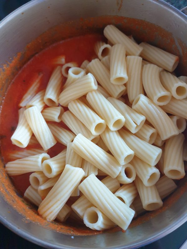Escurrimos la pasta y vertemos sobre la cazuela donde teníamos la salsa.
